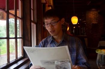 書類を読んでいる男性