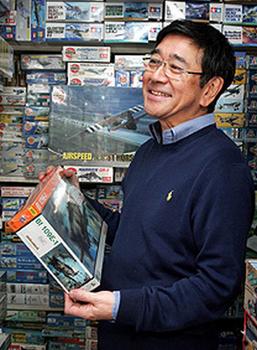 プラモデル屋でプラモデルを見ている石坂浩二