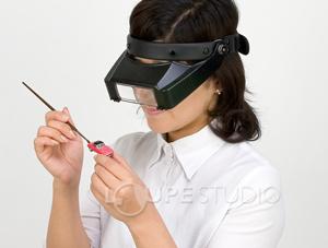 双眼ヘッドルーペBM-120を装着して細かい作業をしているところ
